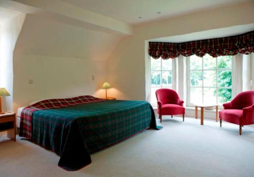 A bed or beds in a room at Bossenstein Golf & Polo Club