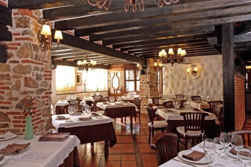 A restaurant or other place to eat at Hotel Spa Villa de Mogarraz