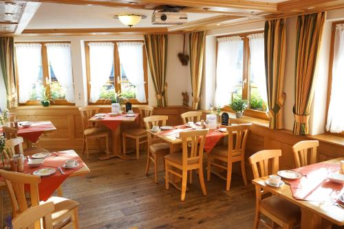 A restaurant or other place to eat at Naturparkhotel Schwarzwaldhaus