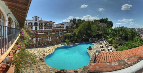A view of the pool at Posada de la Mision, Hotel Museo y Jardin or nearby