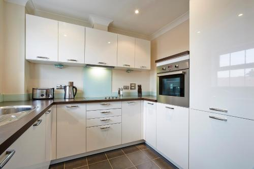 A kitchen or kitchenette at Fantastic 2 bed apartment, Jago Court, Newbury