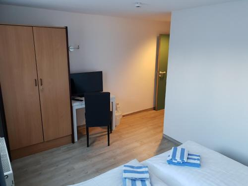 A television and/or entertainment center at Appartement-Hotel Rostock