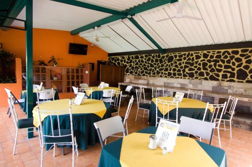 Un restaurante o sitio para comer en Hotel & Motel Hacienda Jiutepec