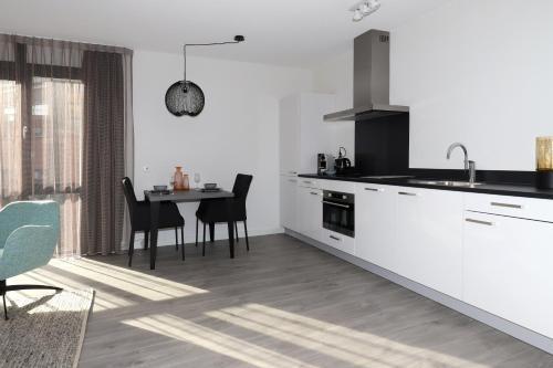 Een keuken of kitchenette bij De Overtoom 68