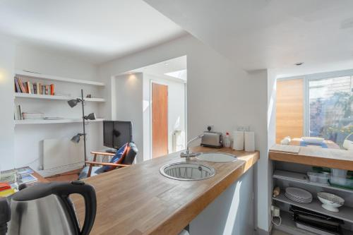 A kitchen or kitchenette at 1 Bedroom Flat in Zone 2 of London