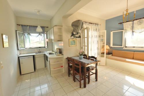 Η κουζίνα ή μικρή κουζίνα στο Elena Apartments Corfu