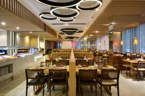 A restaurant or other place to eat at Residencial Budget