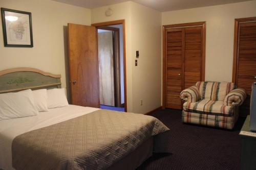 A bed or beds in a room at Chatham Travel Lodge