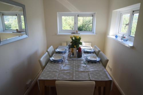 A restaurant or other place to eat at 8 Gartholwyg Gwaelod yr Garth