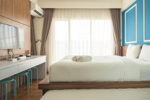 A bed or beds in a room at Spacious Studio Room near Cihampelas Walk at Galeri Ciumbuleuit 3 Apartment By Travelio