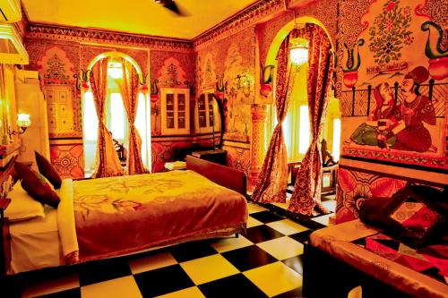 Un ou plusieurs lits dans un hébergement de l'établissement Singhvi's Haveli