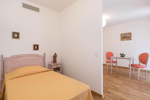 A bed or beds in a room at Médicis Home Trouville-sur-mer