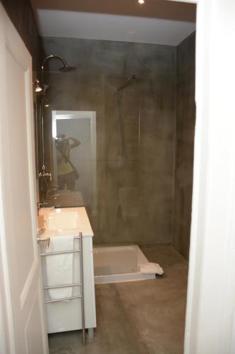 Uma casa de banho em Fullest Apartments