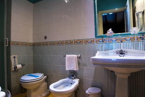 Um banheiro em Hotel Della Robbia
