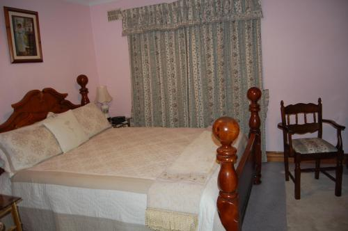 A bed or beds in a room at Acorn House B&B
