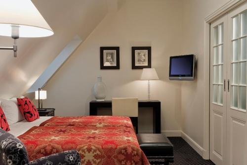 A bed or beds in a room at Hôtel Keppler