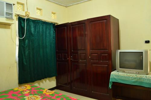 A television and/or entertainment center at Hotel Wiwi Perkasa 1