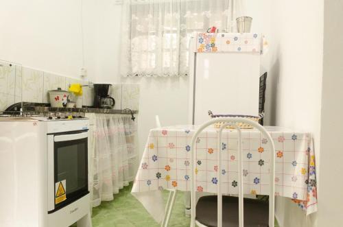 A kitchen or kitchenette at Chalé saí azul