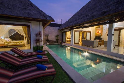 The swimming pool at or close to Villa Kamboja Senior