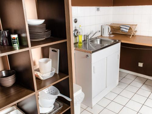 A kitchen or kitchenette at Lette'm Sleep Berlin
