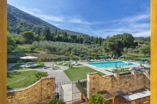 Ein Blick auf den Pool von der Unterkunft Hotel Villa Cheli oder aus der Nähe