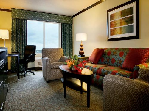 A seating area at Crowne Plaza Anchorage-Midtown, an IHG hotel