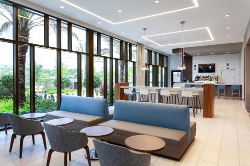 The lounge or bar area at SpringHill Suites by Marriott Orlando at Millenia