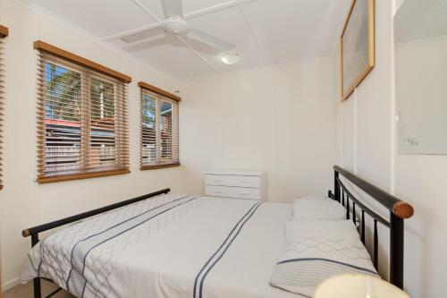 A bed or beds in a room at Wheelchair Friendly with water views - Welsby Pde, Bongaree