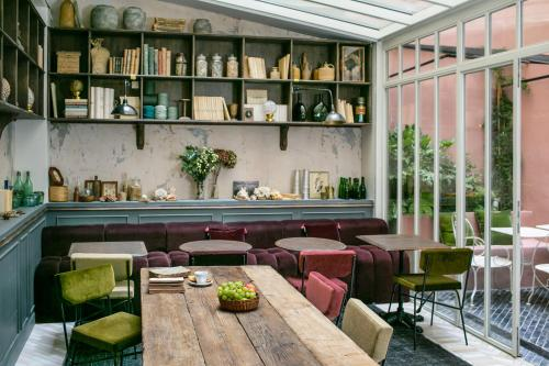 The lounge or bar area at La Planque Hotel