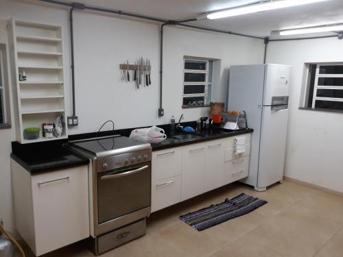 A kitchen or kitchenette at Recanto na montanha