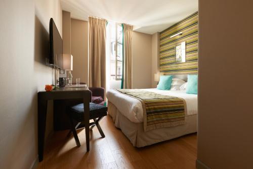 Een bed of bedden in een kamer bij Le Mathurin Hotel & Spa