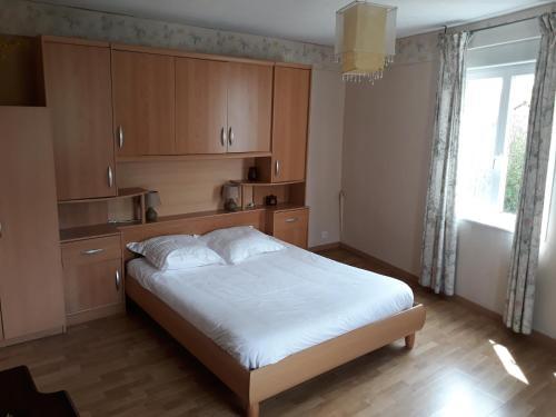 A bed or beds in a room at Hotel De La Gare