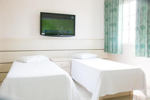 Uma TV ou centro de entretenimento em Hotel Passarela