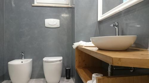 A bathroom at Grand Hotel del Lago