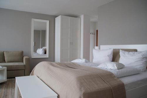 A bed or beds in a room at Apartment Hotel Lindeneck