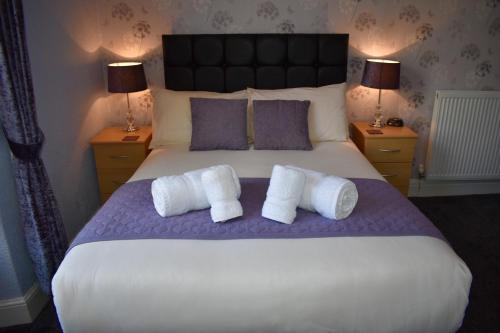 A bed or beds in a room at Milverton House