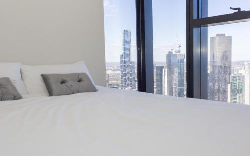 A bed or beds in a room at Captain Homes Collins Street -Ocean View