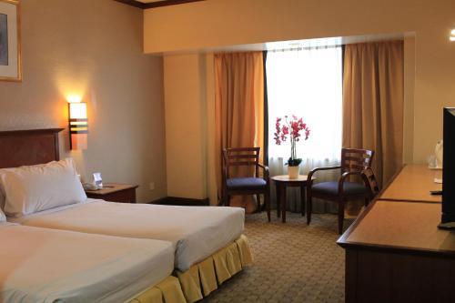 سرير أو أسرّة في غرفة في فندق سمت كي إل سيتي سنتر