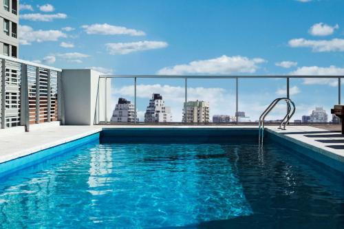 A piscina localizada em Dazzler by Wyndham Polo ou nos arredores