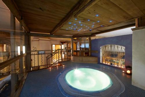 Piscina di Ai Cadelach Hotel Giulia o nelle vicinanze