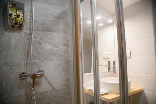 A bathroom at Apartamentos Turísticos La Casa Vieja