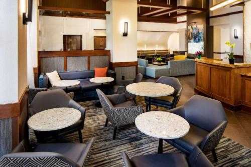 The lounge or bar area at Hyatt Place Dallas Park Central