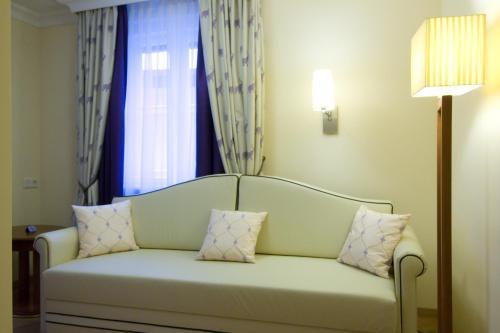 Ein Sitzbereich in der Unterkunft Hotel Elefant
