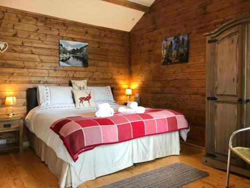 A bed or beds in a room at Hill cottage cabins