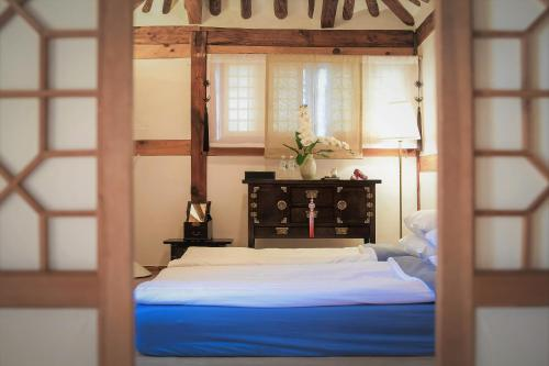 A bed or beds in a room at Cheong Yeon Jae Hanok Hotel