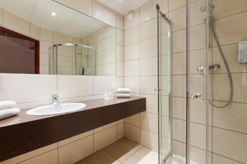 A bathroom at Campanile Metz Nord - Talange