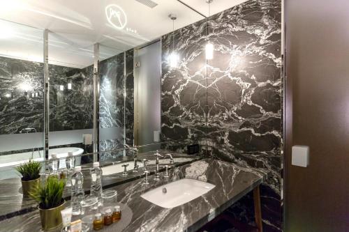 A bathroom at Inhouse Hotel Grand