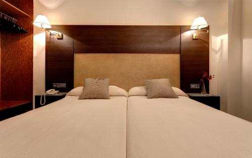 A bed or beds in a room at Hotel Madrid Torrejon Plaza