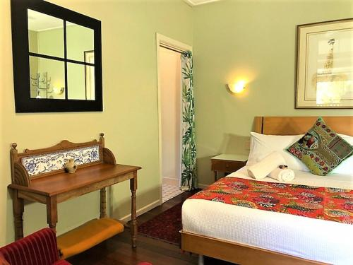 A bed or beds in a room at Grey Gum Lodge