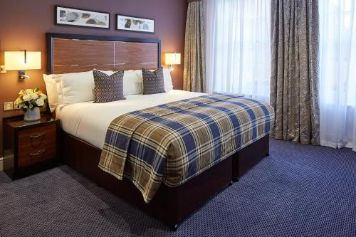 A bed or beds in a room at Sir Christopher Wren Hotel & Spa